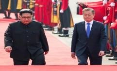 Pertemuan Bersejarah Kim Jong Un dan Moon Jae-in di Garis Demarkasi Militer: Saya Senang Bertemu Anda...