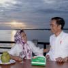 Momen Jokowi-Iriana Saat Nikmati Senja di Kaimana