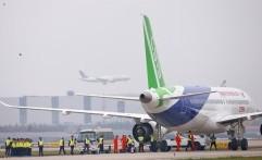 Pesawat Penumpang Buatan Tiongkok Terbang Perdana