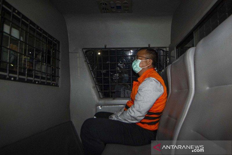 Menteri Kelautan dan Perikanan Edhy Prabowo berada di dalam mobil tahanan usai menjalani pemeriksaan terkait kasus dugaan korupsi ekspor benih lobster di Gedung KPK, Jakarta, Kamis (26/11/2020) dini hari. KPK menetapkan tujuh tersangka dalam kasus dugaan korupsi tersebut, salah satunya yakni Menteri Kelautan dan Perikanan Edhy Prabowo. ANTARA FOTO/Aditya Pradana Putra/aww.