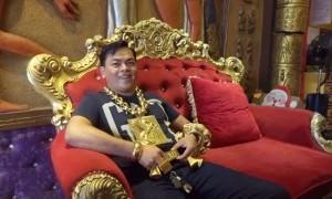 Pakai 13 Kilogram Emas Kemanapun Dia Pergi, Pria Ini Langsung Jadi Viral