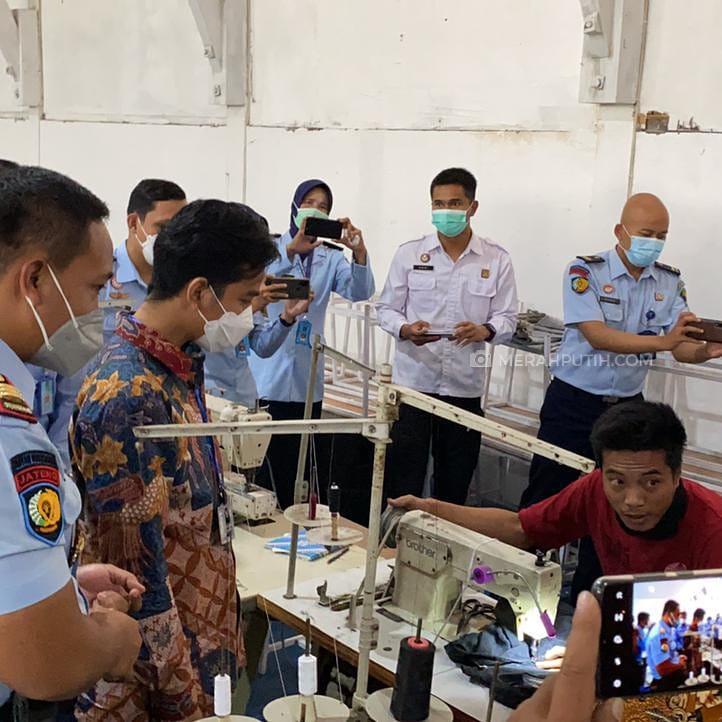 Wali Kota Solo Gibran Rakabuming Raka meninjau pabrik garmen dengan tenaga kerja warga binaan di Rutan Kelas 1 Surakarta, Jawa Tengah, Jumat (20/8). (MP/Ismail)