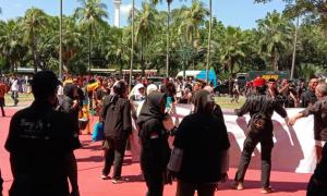 Anies Diteriaki ' Gubernur Rasa Presiden' oleh Massa di Balai Kota