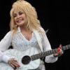 Dolly Parton Mendapatkan Vaksin Moderna yang Dia Bantu Danai