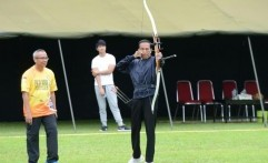 Presiden Jokowi Unjuk Gigi Dalam Kejuaraan Panahan