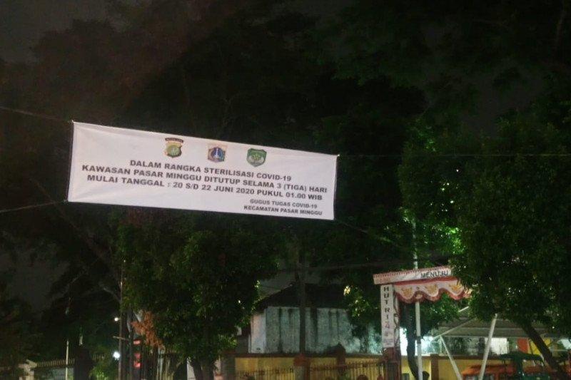 Spanduk pemberitahuan penutupan Pasar Minggu di Kecamatan Pasar Minggu ditutup selama tiga hari 20-22 Juni 2020 dalam rangka sterilisasi pencegahan COVID-19 terpasang di sekitar Pasar Minggu, Jumat (19/6/2020) (ANTARA/HO-Kecamatan Pasar Minggu)