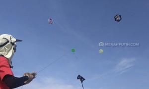 Layang-Layang Warna-Warni Hiasi Langit Tanjung Lesung
