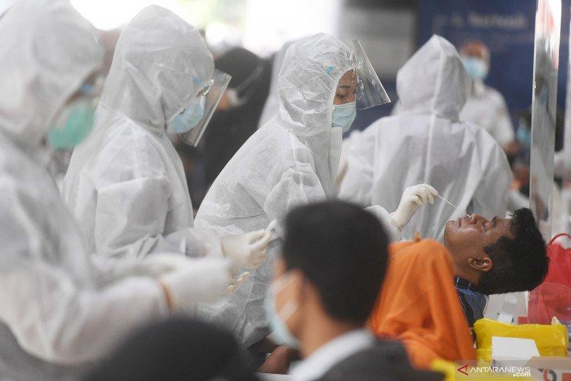 Warga mengikuti tes cepat antigen di Stasiun Gambir, Jakarta, Selasa (22/12/2020). ANTARA FOTO/Akbar Nugroho Gumay/hp.