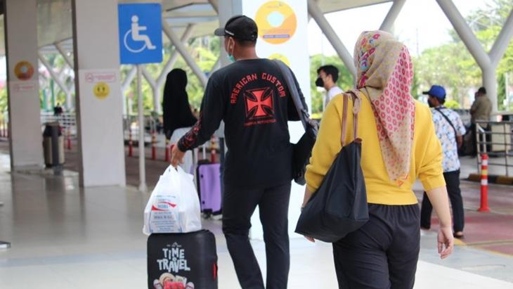 Ilustrasi- Masyarakat yang hendak bepergian melalui moda transportasi udara di Lampung. (ANTARA/Ruth Intan Sozometa Kanafi)
