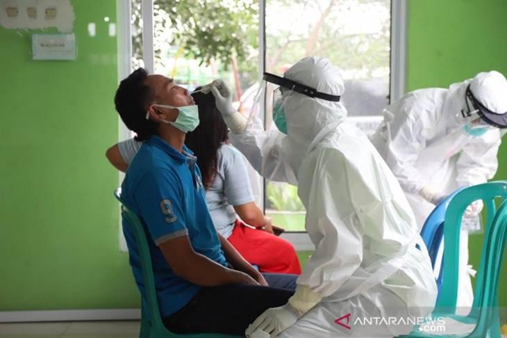 Warga Kampung Akuarium di RT 012 RW 04 mengikuti uji cepat atau rappid test virus corona (COVID-19) di Kelurahan Penjaringan, Jakarta Utara, Kamis (30/4/2020) (ANTARA/Humas Pemkot Jakarta Utara)