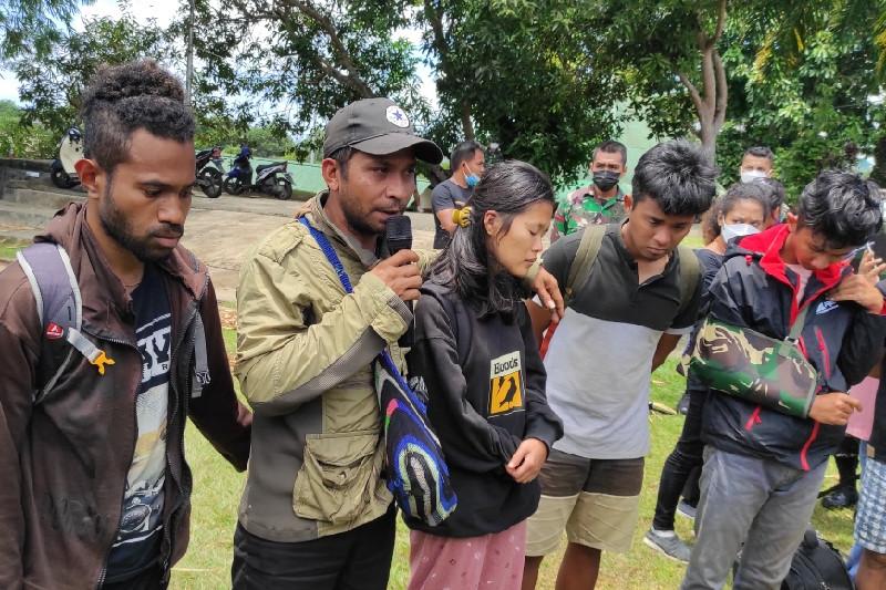 Lima dari sembilan nakes yang dievakuasi ke Jayapura saat beri kesaksian atas insiden kekerasan yang dilakukan KKB di Kiwirok, Jumat (17/9) di Jayapura. (ANTARA/Evarukdijati)
