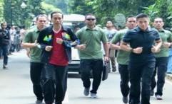 Presiden Jokowi Berikan Jaket kepada Seorang Pengunjung Kebun Raya Bogor