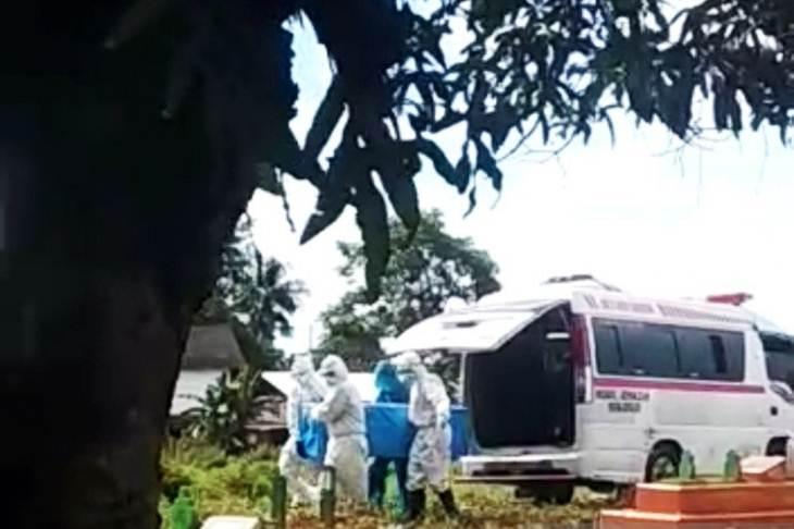 Tangkapan layar proses penguburan pasien COVID-19 saat akan dimakamkan di pekuburan umum belum lama ini di Makassarr, Sulawesi Selatan. ANTARA/Darwin Fatir.