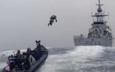 Angkatan Laut Kerajaan Inggris Pamerkan Kostum Jet Mirip Iron Man