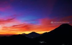 Menangkap Golden Sunrise dari 'Negeri di Atas Awan'