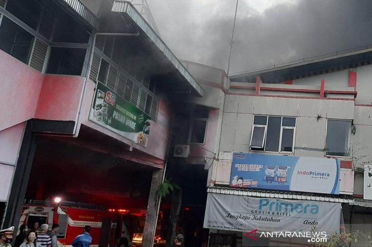 Petugas Damkar Kabupaten Banyumas, jawa Tengah, Senin (21/9/2020), berupaya memadamkam kebakaran di Pasar Wage, Purwokerto. ANTARA/Sumarwoto