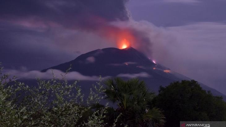 Gunung Api Ili Lewotolok mengeluarkan material vulkanik erupsi di Kabupaten Lembata, NTT, Ahad (29/11/2020). ANTARA FOTO/Aken Udjan/KH.