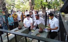 Airlangga Ziarah ke Makam Trah Mangkunegaran Keluarga Ibu Tien Soeharto