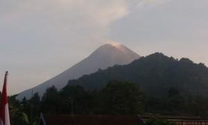Gunung Merapi Dua Kali Keluarkan Asap Putih Disertai Lava Pijar