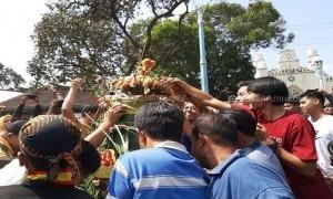 Lebaran Kedua, Wisatawan Ikut Berebut Gunungan Grebeg Syawal Keraton Surakarta