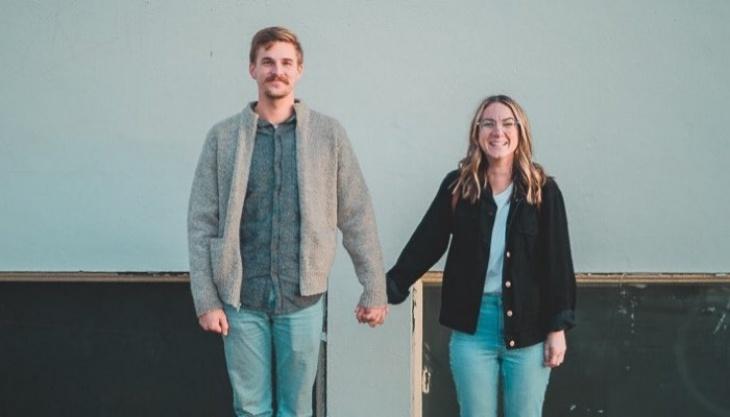 Menolak Kalah dari Pandemi Corona, Dua Sejoli Memadu Kasih di Perbatasan Negara