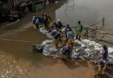 Petugas OP SDA Bangun Tanggul Darurat Penahan Arus Air