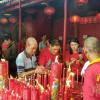 Wihara Dharma Bhakti Disesaki Pengunjung yang Ingin Berdoa dan Ribuan Pengemis