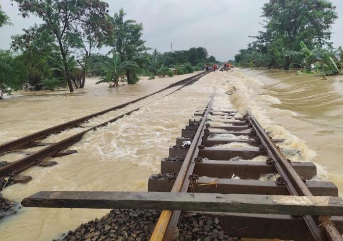 Jalur kereta api lintas Kedunggedeh-Lemahabang, Bekasi tepatnya pada km 55+100 sampai dengan km 54+500 terendam banjir, Minggu (21/2). (Foto: MP/KAI Daop 6 Yogyakarta)