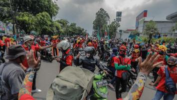 Polisi Mulai Imbau Protokol Kesehatan ke Buruh yang Padati Jalan Daan Mogot