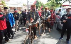 Daftar Naik Sepeda, Teguh Oleng dan Tabrak Gibran