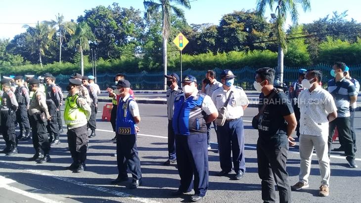 Petugas penegakan protokol kesehatan PPKM Darurat di DIY. (Foto: MP/Teresa Ika)
