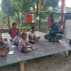 TNI Bagikan Buku dan Ajari Anak di Perbatasan Papua-PNG Baca Tulis