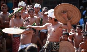 Perang Pandan, Tradisi Menyakitkan untuk Hormati Dewa Perang