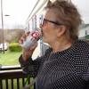 Wow! Nenek 93 Tahun Menerima 150 Kaleng Bir Gratis saat Karantina Diri