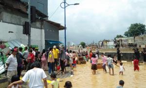 Tujuh Pompa Dikerahkan Atasi Banjir di Kampung Pulo