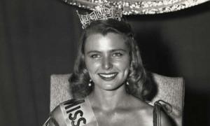 Mantan Miss America Lelang Mahkotanya untuk Amal
