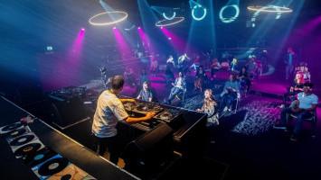 Berpesta di Klub Hiburan dengan Konsep Social 'Dis-Dancing'