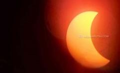 Warga Solo Antusias Saksikan Gerhana Matahari Cincin di Ponpes Assalaam