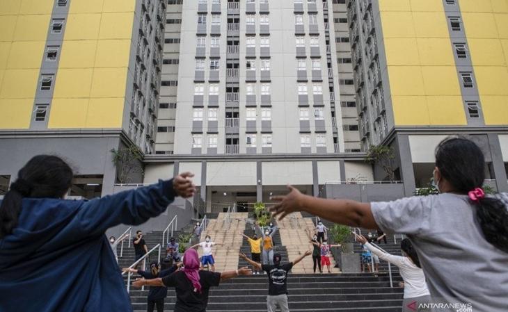 Dokumentasi sejumlah pasien positif Covid-19 berolahraga di RS Darurat Covid-19 Wisma Atlet di Kemayoran, Jakarta. ANTARA FOTO/M Risyal Hidayat