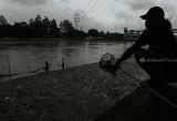 Raup Rezeki dari Banjir Kiriman