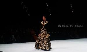 Poppy Dharsono Hadirkan Busana Tradisional Jawa dengan Sentuhan Modern