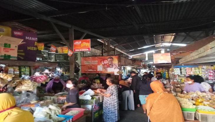Pasar Harjodaksino Solo, Jawa Tengah dipadati banyak pengunjung jelang Lebaran, Sabtu (23/5). (MP/Ismail)