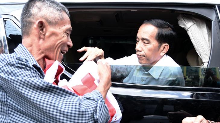 Sebelum Balik ke Jakarta, Jokowi Bagikan Paket Sembako