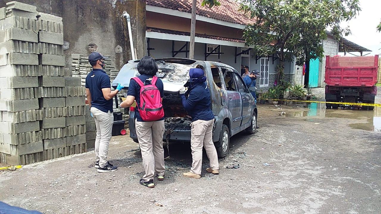 Labfor Polda Jateng lakukan olah TKP mobil terbakar dan ditemukan mayat perempuan Desa Toriyo, Kecamatan Bendosari, Kecamatan Sukoharjo, Jawa Tengah, Rabu (21/10). (MP/Ismail)