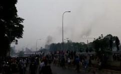Bentrokan Depan Gedung DPR Masih Panas, Para Mahasiswa Balas Polisi dengan Bakar-bakaran