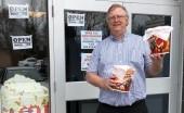 Seorang Pemilik Bioskop di AS Rela Jual Popcorn Demi Upah Karyawan