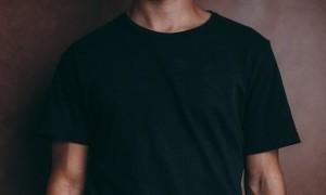 Apa Iya Pakai Baju Hitam Terasa Lebih Gerah?