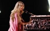 Lagu Natal dengan Videoklip Menyentuh Hati dari Taylor Swift