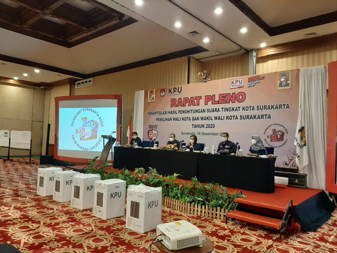 KPU Solo, Jawa Tengah, menggelar rapat pleno rekapitulasi perhitungan suara Pilwakot Solo, Rabu (16/12). (MP/Ismail)
