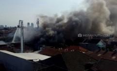 Si Jago Api Lahap Dua Gudang Besar, Belasan Mobil Damkar Diturunkan
